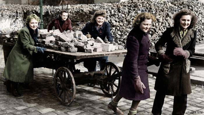 Deutschland Nachkriegszeit Berlin Trümmerfrauen beim Enttrümmern