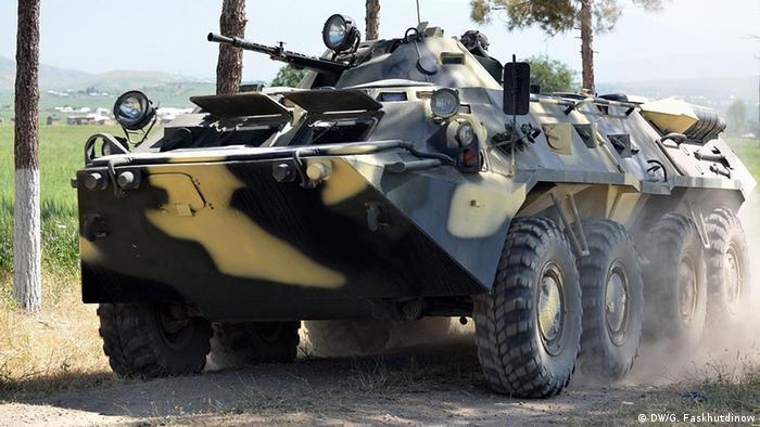 Таджикская бронемашина на границе