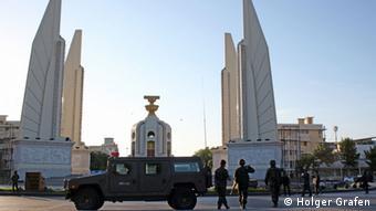 Thailand nach dem Militärputsch im Mai 2014. Hier stehen Soldaten vor dem Demokratiedenkmal in Bangkok. (Foto: Holger Grafen)