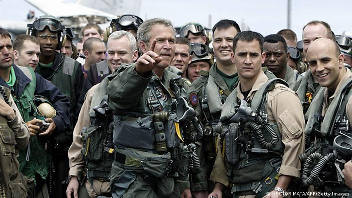 جورج دبليو بوش يكمل مهمة يو إس إس لينكولن (HECTOR MATA / AFP / Getty Images)