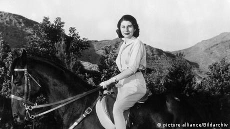 Сорая е съпругата на последния ирански шах. През 1951 година, когато е едва на 19, тя се омъжва за Мохамед Реза Пахлави. Сорая владее отлично немски и френски език, обича да язди и да кара ски. След седем години съвместен живот бракът ѝ с шаха е разтрогнат, тъй като се установява, че Сорая не може да му роди деца.