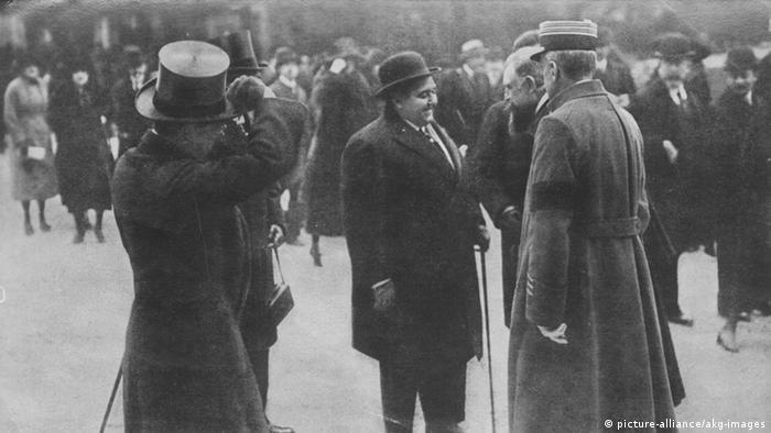 احمد شاه قاجار در میدان اسب دوانی پاریس. تاریخ: ۱۹۲۲ میلادی.