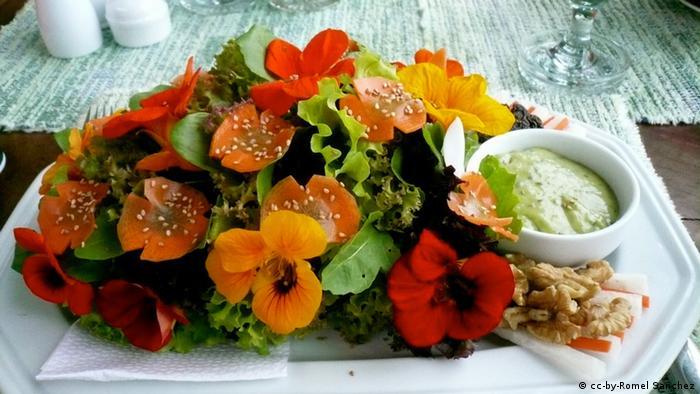 Блюдо, украшенное цветами