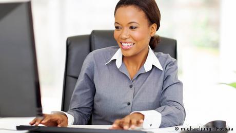 Symbolbild Afrika Frauen Computer (Foto: michaeljung - Fotolia)
