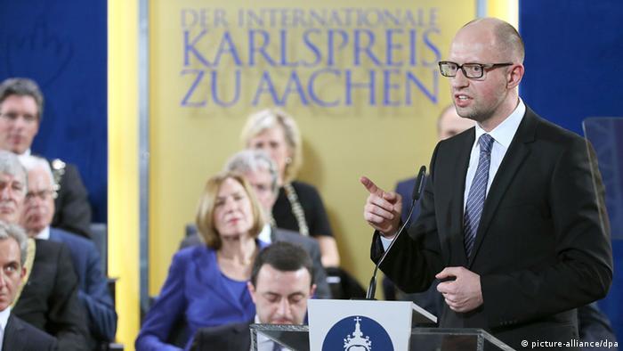 Der ukrainische Ministerpräsident Arseni Jazenjuk bei der Verleihung des Karlspreises an Herman Van Rompuy (Foto: dpa)