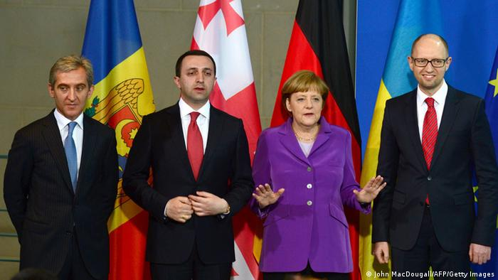 Die Ministerpräsidenten der Moldau, Georgiens und der Ukraine, Iurie Leanca, Irakli Garibashvili und Arseni Jazenjuk bei Bundeskanzlerin Angela Merkel in Berlin (Foto: JOHN MACDOUGALL/AFP/Getty Images)