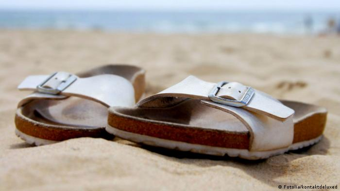 Сандали марки Birkenstock на пляже