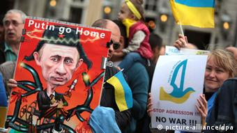 Anti-Putin Demonstrators in front of the Aachen city hall during the Charlemagne Prize ceremony (Photo: Oliver Berg/dpa)