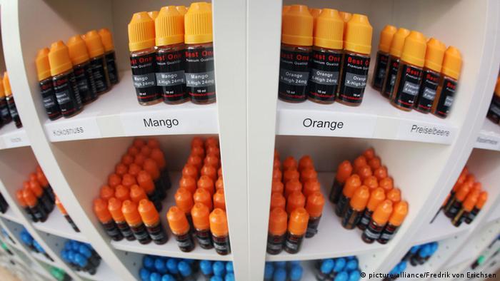 Tvari za elektroničke cigarete različitih aroma (picture alliance/Fredrik von Erichsen)