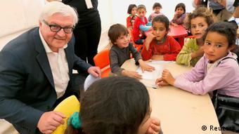 Bundesaußenminister Frank-Walter Steinmeier besucht syrische Flüchtlingskinder in einer Schule im Libanon (Foto: REUTERS)