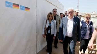 Frank-Walter Steinmeier walking round a Syrian refugee camp in Libanon (Photo: REUTERS/Mohamed Azakir)