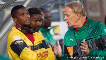 Volker Finke (right) and Cameroon's Samuel Eto'o (photo: picture-alliance/dpa)