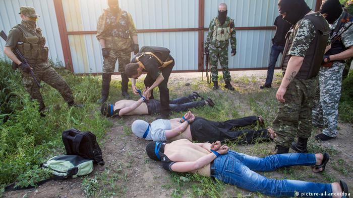 Members of the Donbass Volunteer Corps detaining suspicious-looking men on the outskirts of Kramatorsk city (Photo: Andrey Stenin/RIA Novosti)