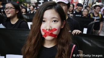 Hunderte Menschen demonstrieren vor Tiananmen-Jahrestag in Hongkong 1.6.2014
