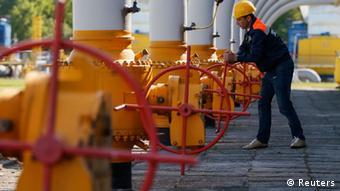Оператор обслуживает участок газопровода