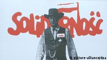 Das berühmte Plakat der Solidarnosc mit Gary Cooper (High Noon am 4. Juni 1989)' steht am 04.06.2013 vor dem Präsidentenpalast in Warschau, Polen, - am Jahrestag der Wahlen vom 4. Juni 1989. Foto: Eva Krafczyk
