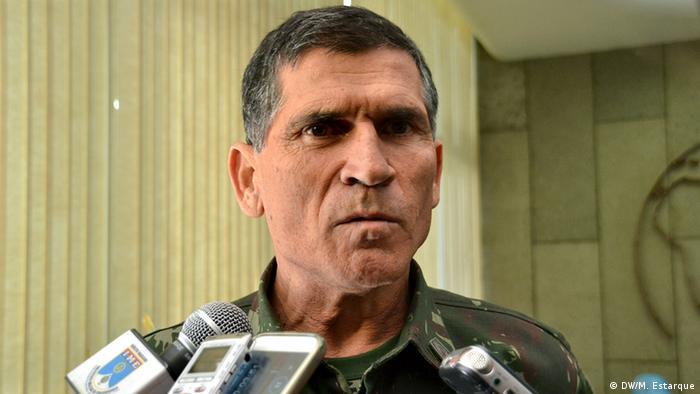 Santos Cruz, de uniforme militar, concede entrevista