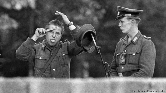Two soldiers at the Berlin Wall (ullstein bild/von der Becke)