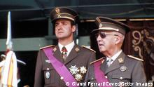 Bildunterschrift:SPAIN - 26th May 1974: Madrid - Paseo de la Castellana - Spain Francisco Franco and the prince Juan Carlos sde Borbon in the parade of the victory (Photo by Gianni Ferrari/Cover/Getty Images)