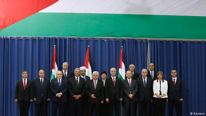 Der palästinensische Ministerpräsident Rami Hamdallah (9. v. li.) und Palästinenserpräsident Mahmud Abbas (7. v. li.)