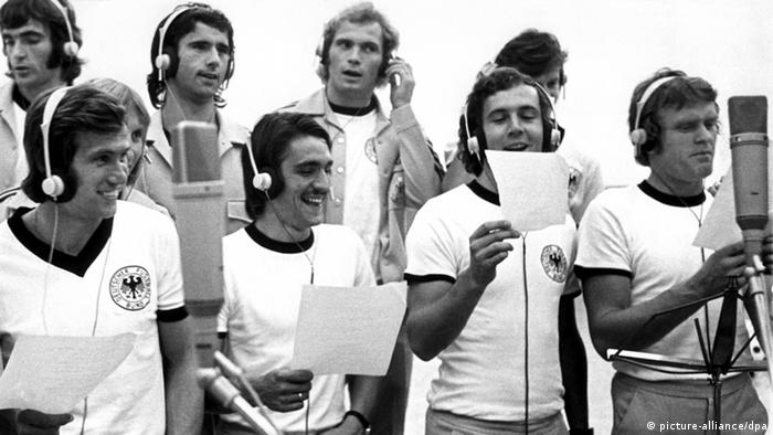 Немецкая сборная поет футбольный гимн