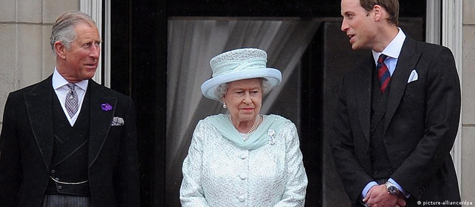 A rainha entre seu filho Charles e o neto William