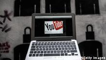Лого Youtube на экране компьютера