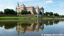 Bei Sonnenschein und Federwolken spiegelt sich am Donnerstag (07.07.2011) das Schloss Hartenfels in der Elbe in Torgau (Kreis Nordsachsen). Mit reichlich Sonne und vereinzelten Regenschauern wird am kommenden Wochenende die Ferienzeit in zahlreichen Bundeländern beginnen. Foto: Peter Endig dpa/lsn +++(c) dpa - Bildfunk+++