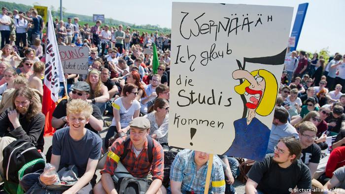 Студенты города Грайфсвальда ждут выступления министра образования ФРГ Йоханны Ванки
