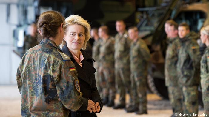 Deutschland Bundeswehr Verteidigungsministerin Ursula von der Leyen bei Soldaten (picture-alliance/dpa)
