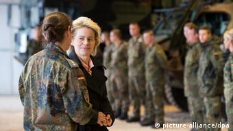 La ministra de Defensa Ursula von der Leyen con soldados alemanes.