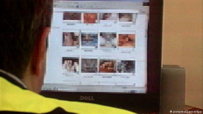 Homem diante de monitor de computador com imagens pixeladas