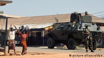 Soldaten in Nigeria (Foto: EPA/GEORGE ESIRI)