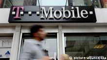 ARCHIV - Blick auf eine Filiale von T-Mobile in New York, USA am 03.10.2012. Eine Neuorganisation bei der Deutschen Telekom hat Spekulationen neue Nahrung gegeben, der Bonner Konzern wolle sich von dem Mobilfunkanbieter T-Mobile US trennen. Foto: EPA/JUSTIN LANE/dpa(zu dpa Telekom-Umbau beflügelt Spekulationen um Verkauf von T-Mobile US vom 16.01.2014) +++(c) dpa - Bildfunk+++