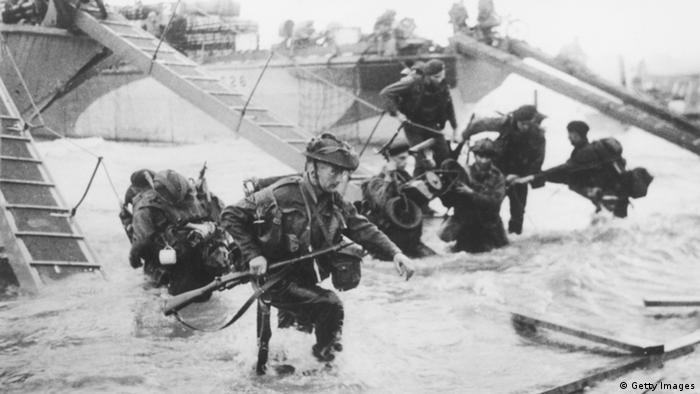 Soldados desembarcando de navio em uma praia