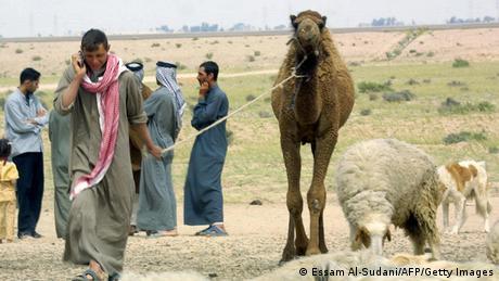 مجموعة من البدو العراقيين على الحدود مع الكويت - صورة بتاريخ 25 مارس/ آذار 2005