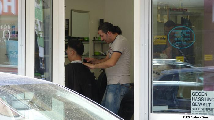 A man cuts another man's hair Foto: DW