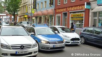 Ein Polizeiauto fährt Streife durch die Kölner Keupstraße (Foto: DW)