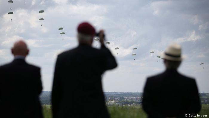 Ветерани спостерігають за висадкою парашутистів у Ранвілі
