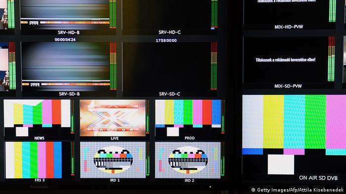 Monitore in ungarischen TV-Studios mit schwarzer Mattscheibe oder Testbildern (Foto: Getty Images/Afp/Attila Kisebenedek)