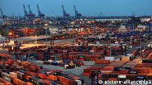 ARCHIV - Container stehen am 17.10.2012 in Hamburg auf dem Container Terminal Burchardkai (CTB) der Hamburger Hafen und Logistik AG (HHLA). Foto: Angelika Warmuth/dpa (zu dpa «Statistisches Bundesamt zu Exporten April 2014» vom 06.06.2014) +++(c) dpa - Bildfunk+++