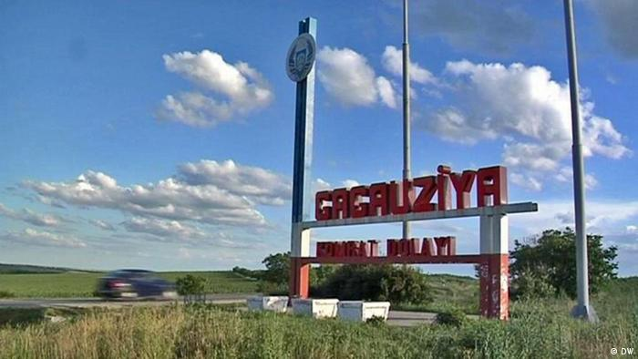 Стелла и указатель на въезде в Гагаузскую автономию Молдавии