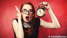 Девушка с часами в руках