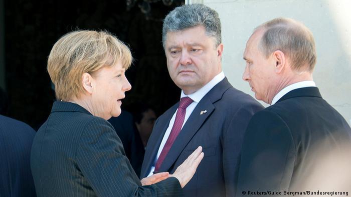 Das Treffen, dem das Normandie-Format seinen Namen verdankt: Deutschlands Kanzlerin Merkel (Deutschland) den Präsidenten Poroschenko (Ukraine) und Putin (Russland) im Juni 2014 in Benouville (Foto: Reuters)