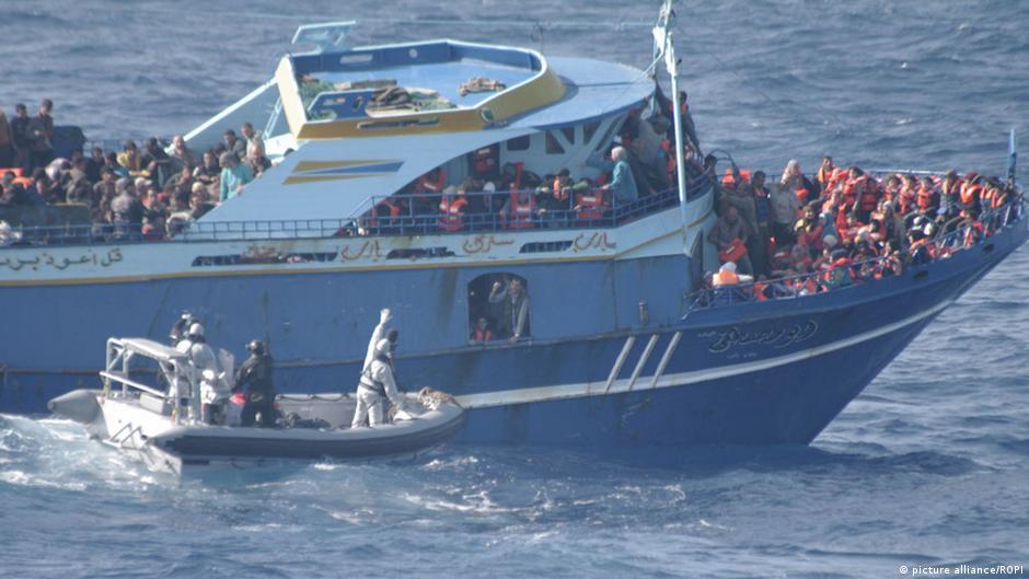 Ein italienisches Marineboot bringt gerettete Flüchtlinge vor Lampedusa in einen Hafen (Foto: picture alliance)