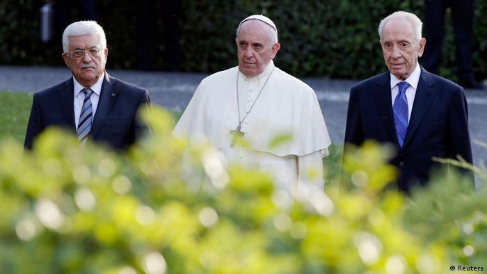 Papa Francis na Rais Mahmud Abbas wa Wapalestina (kushoto) na Rais Shimon Peres wa Israel (kulia) katika bustani za Vatican. (08.06.2014)