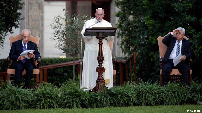 El papa Francisco, Mahmoud Abbas y Shimon Peres oran por la paz en los jardines del Vaticano.