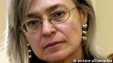 ARCHIV - Die russische Schriftstellerin und Journalistin Anna Politkowskaja ist am 17.03.2005 Gast der Leipziger Buchmesse in Leipzig. Foto: Peter Endig/dpa (zu dpa «Anna Politkowskaja: Mutige Reporterin und Putin-Gegnerin» vom 21.05.2014) +++(c) dpa - Bildfunk+++