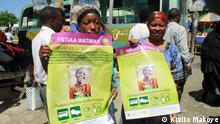 Residents of Dar es Salaam display posters bearing the message 'Fistula is treatable ' during a campaign against fistula coordinated by CCBRT, United Nations Population Fund and Vodacom Foundation. Photo by Kizito Makoye Photograf: Kizito Makoye, Dar es Salaam (Tansania). 23.05.2014