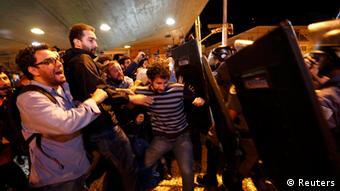 Trabajadores del metro fueron reprimidos a punta bastones por la policía militarizada.